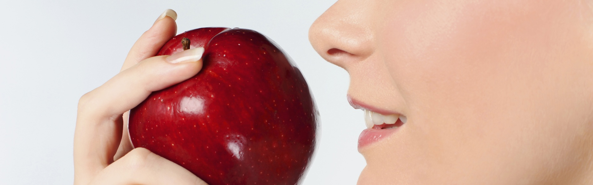 Жена отхапва ябълка