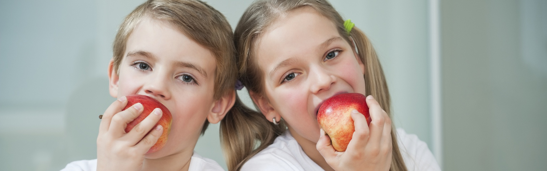 Photo of children who eat apples.