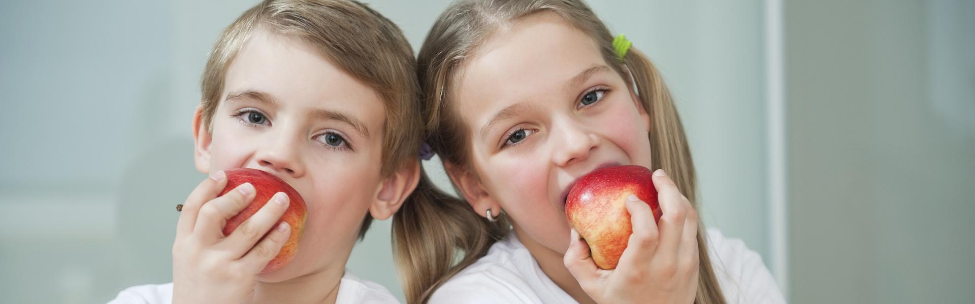 Снимка на деца с ябълки